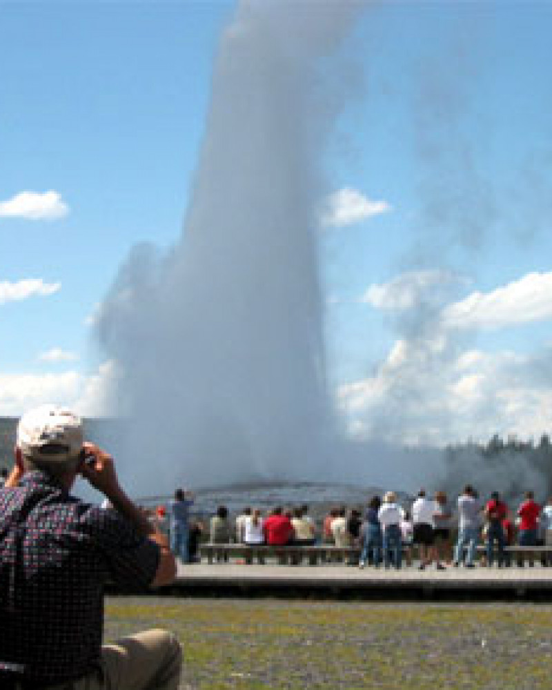 Old Faithful, and pantloads of people